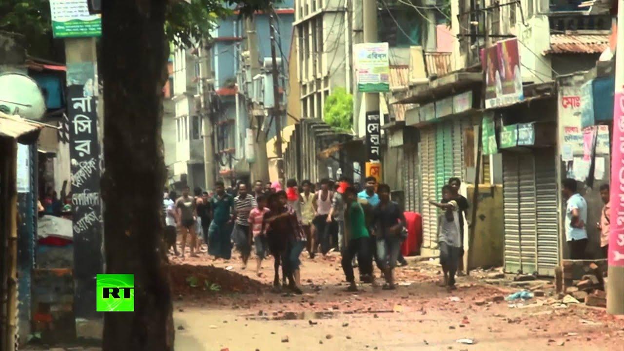 Полиция обстреливает протестующих в Дакке