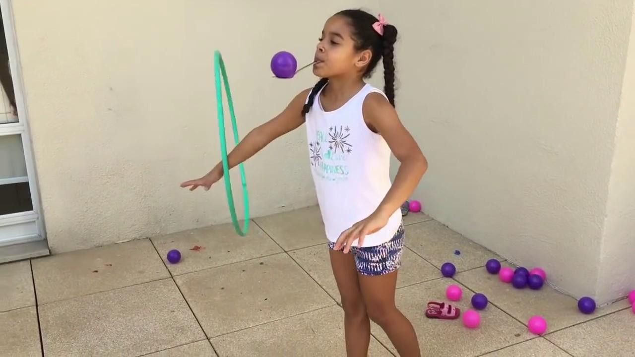 menina dançando Bambolê