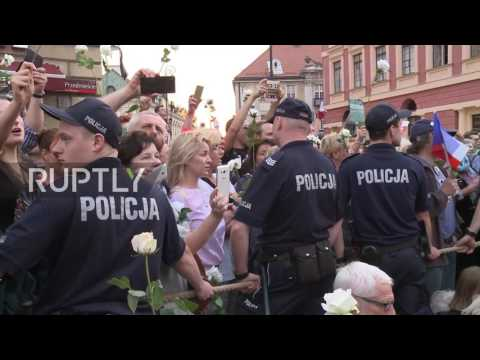 Poland: Anti-govt protesters forcibly removed by police in Warsaw