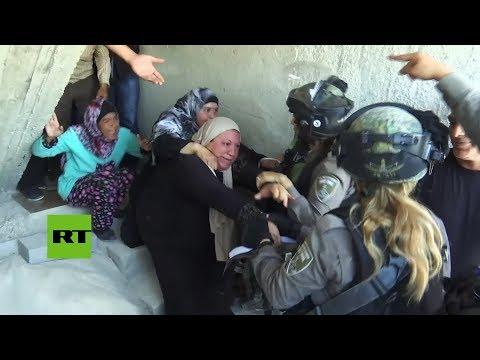 Soldados israelíes desalojan la aldea palestina de Al Walaja antes de ser demolida