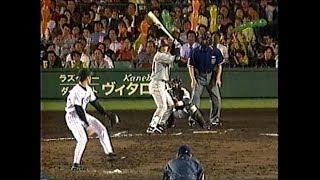捕手の山田は高橋由伸のヒザに構えたが伊達のコントロールが悪く背中に...