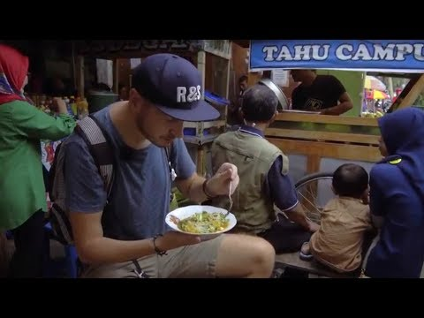 TRYING LOCAL STREET FOOD IN INDONESIA