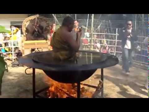 OMG | urgent | Thai man: sitting inside boiling oil See what happens