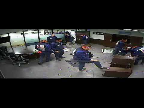 4월 5일 사장실을 무단 점거하는 한국GM 노조