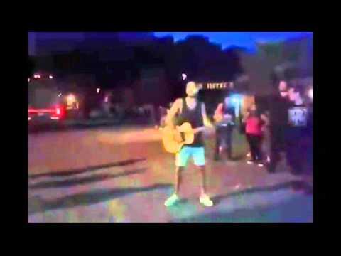 Abel Pintos cantó en la calle tras la suspensión de un show