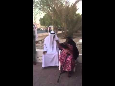 إعتذار الشيخ نهيان بن مبارك لسيدة عجوز بسبب غبار الهيلكوبتر