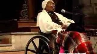 """Odetta sings """"Glory Halleluja"""" at Garrison Institute event"""