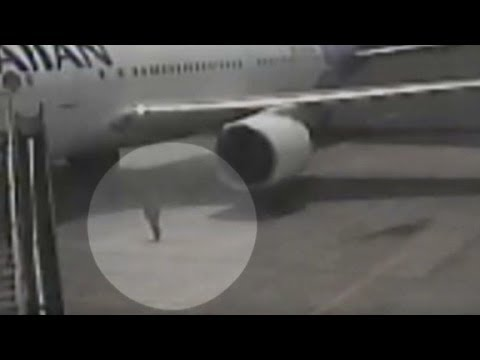 Watch teen stowaway exit wheel well of plane