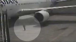 Watch teen stowaway exit wheel well of plane
