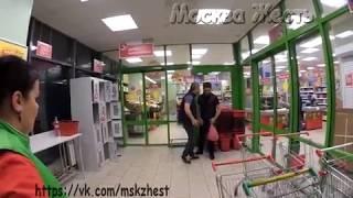 Смотреть видео В Москве охранник