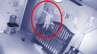 Bebê possuído fica em pé no berço