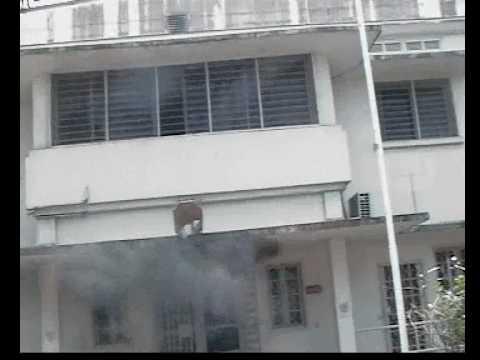Gabon emeute port gentil le consulat g n ral de france en feu jeudi 3 sep 2009 youtube - Consulat de france port gentil ...
