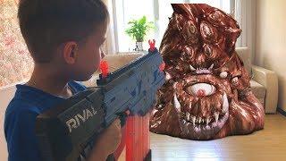 Nerf Game A big alien turd invaded the house Нерф игра  Большая инопланетная какашка вторглась в дом