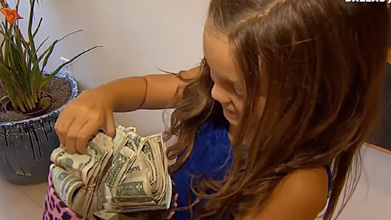 little-girl-found-with-wads-of-cash-has-explanation-that-moves-internet-to-tears