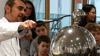 Drôle de science - Camelot 400.000 Volts au bout des doigts
