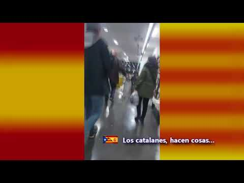 """Encapuchados con bandeiras de España reciben a Iglesias en BCN ao berro de """"rata"""" e """"maricón"""""""