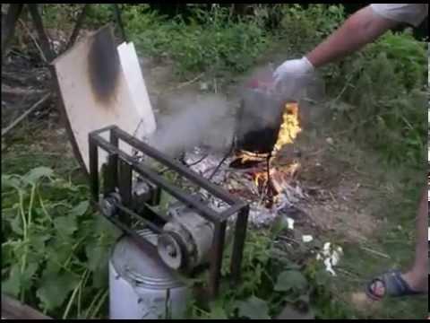 паровой двигатель на дровах крутит электрогенератор (steam engine
