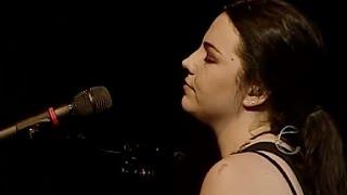 """Amy Lee cantando um trecho da canção """"My Immortal"""" sem o piano, dur..."""