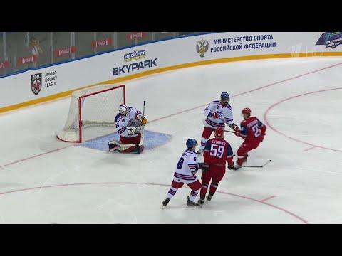 На Кубке мира среди юниоров в Сочи россияне обошли канадцев в невероятной борьбе.