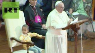 ¿El papa del futuro? El niño que le 'robó' el asiento a Francisco en plena misa thumbnail