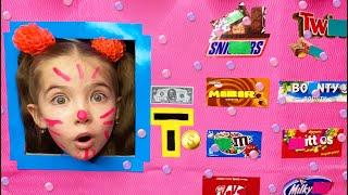 Маша и мама играют в магазин сладостей и шоколада