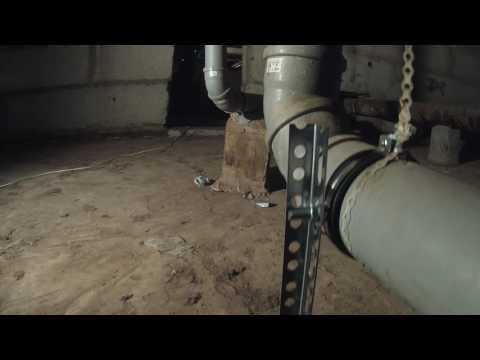 Крепеж трубопровода канализации сделан не правильно! Территория ЖКХ