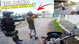 JOGANDO BOLA DE ÁGUA EM PESSOAS NA FAVELA ( DEU POLICIA )