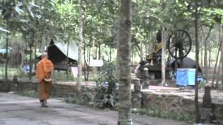 หลวงพ่อคำเขียน เดินจงกรมตอนเช้า ณ ลานหินโค้ง วัดป่าสุคะโต