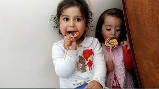 Ayşe Ebrar ve Asel Lolipop Şekerleri Alıp Saklandılar. Şekerle Kırmızı Kaydıraktan Kaydılar.