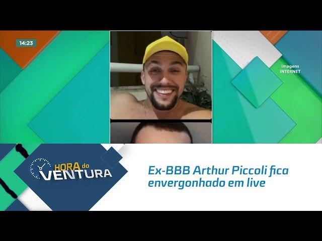 Ex-BBB Arthur Piccoli fica envergonhado em live após aparição surpresa de Carla Diaz