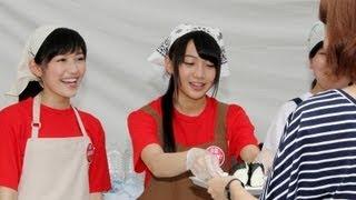 アイドルグループ「AKB48」の渡辺麻友さんと「SKE48」の木崎ゆりあさん...