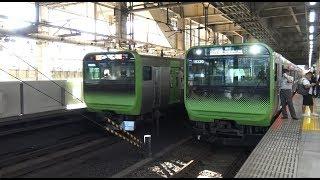 大崎駅に停車中の内回り始発列車と出発する外回りの2つのE235系