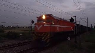 7802次貨物列車與3247次區間車在石龜車站交會