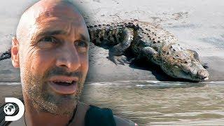 Ed nada en aguas infestadas de cocodrilos | Desolado con Ed Stafford  | Discovery Latinoamérica