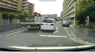 道路の真ん中で止まっている、ナンバーの無い車にお節介 thumbnail