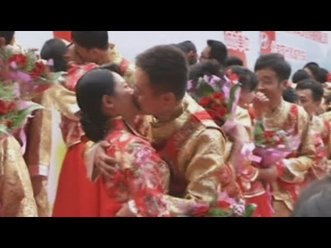 One hundred couples marry at mass wedding in China