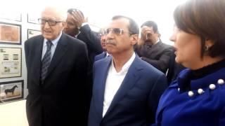 زيارة الدبلوماسي الاخضر الإبراهيمي  لجناح الطوابع البريدية  بجامعة الاغواط  . حكيم ب