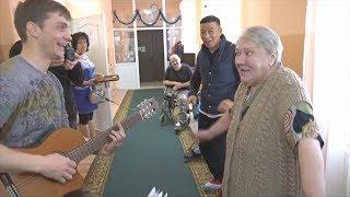 Песни и подарки: волонтёры навещают стариков в домах престарелых России