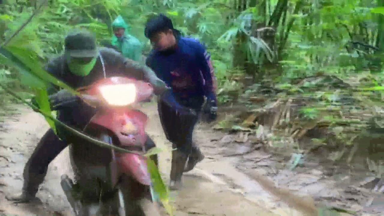 insนักเรียนจิตอาสาบุกป่าเอาสิ่งของไปมอบให้ชาวบ้านสังขละบุรี