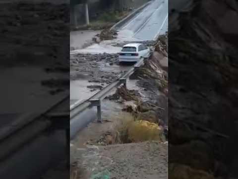 Un vehiculo, a punto de carer a la rambla de Aguadulce por las fuertes lluvias
