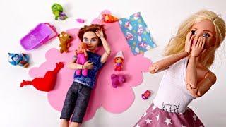 Барби отдыхает с подругами, а Кен не справляется с младенцем!