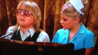 Paul Williams sings to Felix's daughter - The Odd Couple
