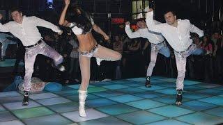 Учится танцевать клубные танцы