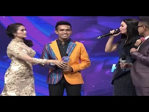 Zaskia Gotik dan Iis Dahlia Rebutan Fildan (D'Academy 4 Top 20 Result Group 1)