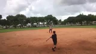 Osvaldo Rios jugando con su hijo