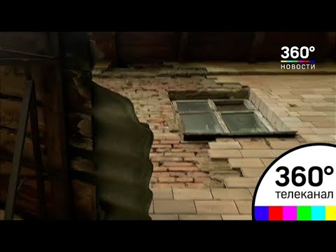 В Лобне фасад старой двухэтажки отваливается и угрожает людям