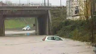 شاهد.. ثلوج بارتفاع متر في مدن إيطالية وفيضانات بمدن أخرى…