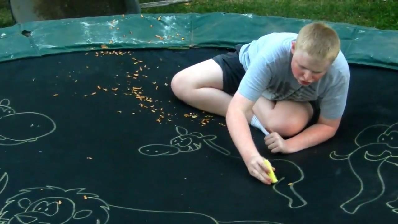 Детенце со аутизам прави фантастични цртежи со креда