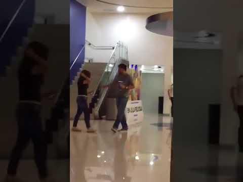 Kız, sevgilisini aldatırken yakalamış....