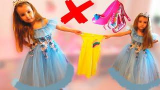 Папа и девочки играют хотят одно и то же платье